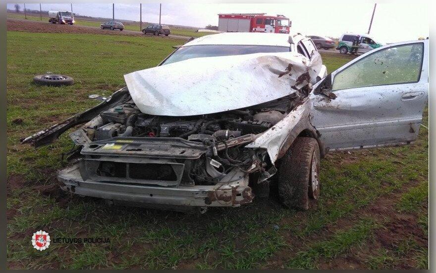 """Tragiška avarija Kėdainių rajone: apvirtusiame """"Volvo"""" žuvo vyras"""