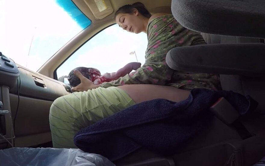Lesia Pettijohn pagimdė vaiką automobilyje