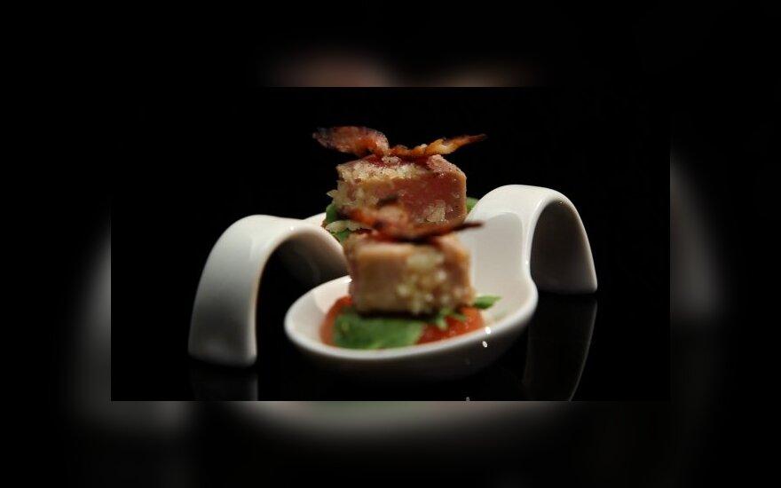 Ant grilio kepto arbūzo bei tuno kąsnelis su makadamijos riešutais bei skrudinta šonine