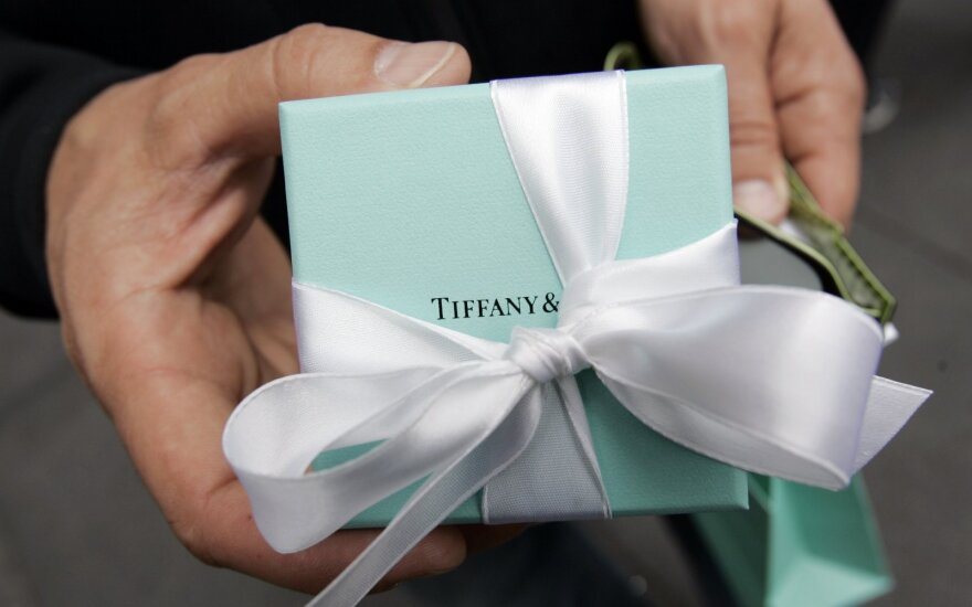 Paryžiaus milijardierių prabangos kova: konkurencija dėl pūkinių striukių ir juvelyrikos