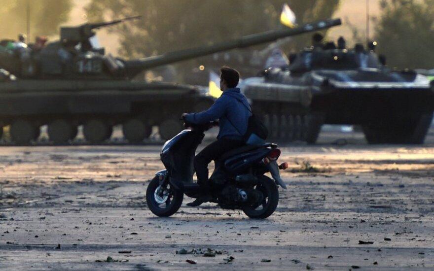 Rytų Ukrainoje ir toliau vyksta mūšiai – separatistai pažeidė paliaubas