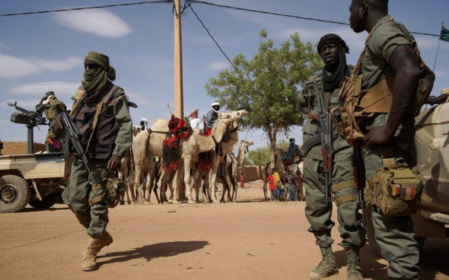 Malio kariai patruliuoja gatvėje