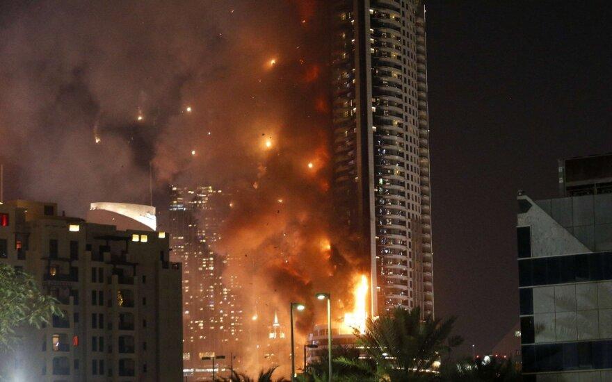 Prabangus Dubajaus viešbutis paskendo liepsnose: evakuoti žmonės, aidėjo sprogimai