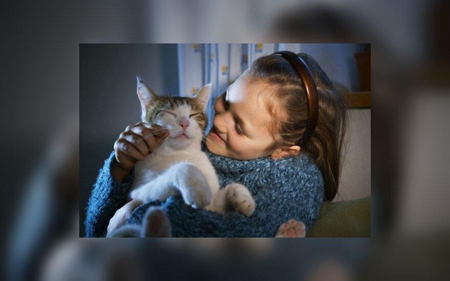 Mergaitė glosto kačiuką