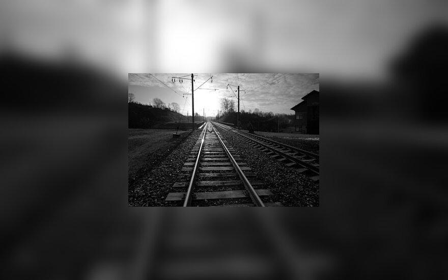 Šalia geležinkelio bėgių – kūnas be galvos