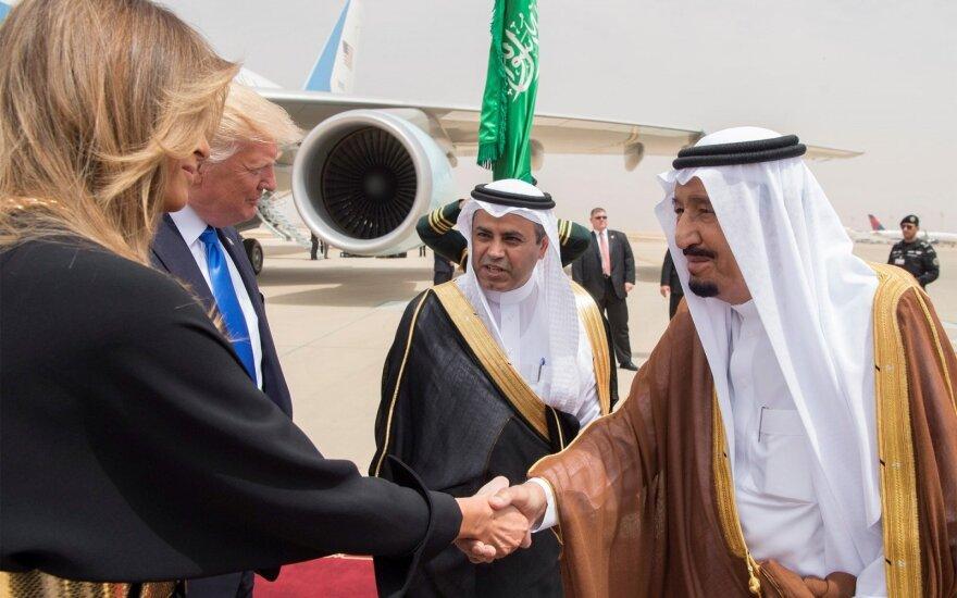 Į Saudo Arabiją nepridengtais plaukais atvykusi Melania Trump