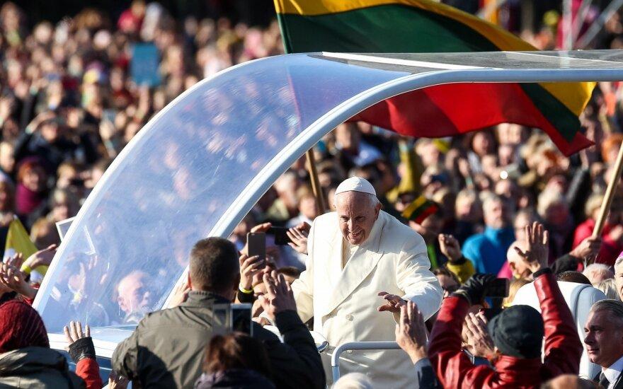 Po popiežiaus vizito jaučiasi nuskriausti – skaičiuoja mažiausią pelną