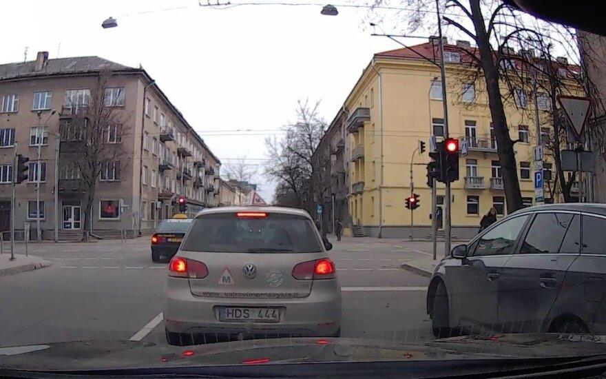 Taksistams viską galima? Nustebino įžūlus vairuotojas miesto centre