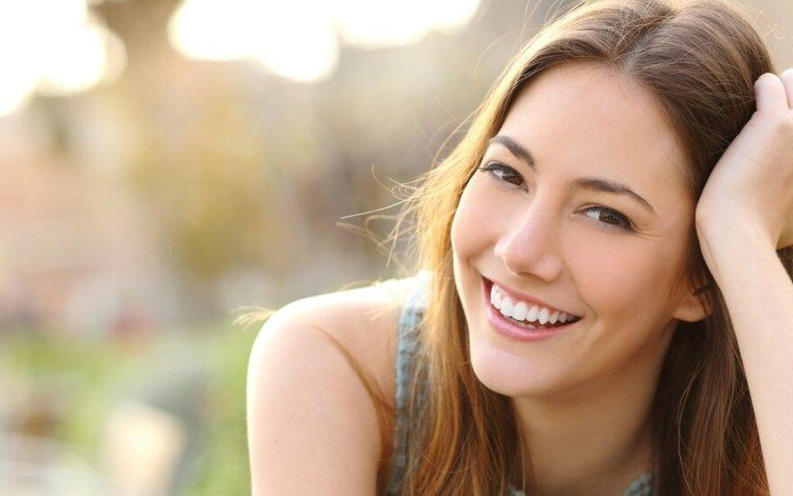 23 kūno kalbos triukai, kurie akimirksniu pavers jus maloniu kitų akyse