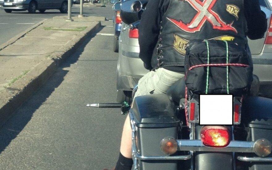 Grėsmingai atrodantis motociklas – automobiliams gadinti?