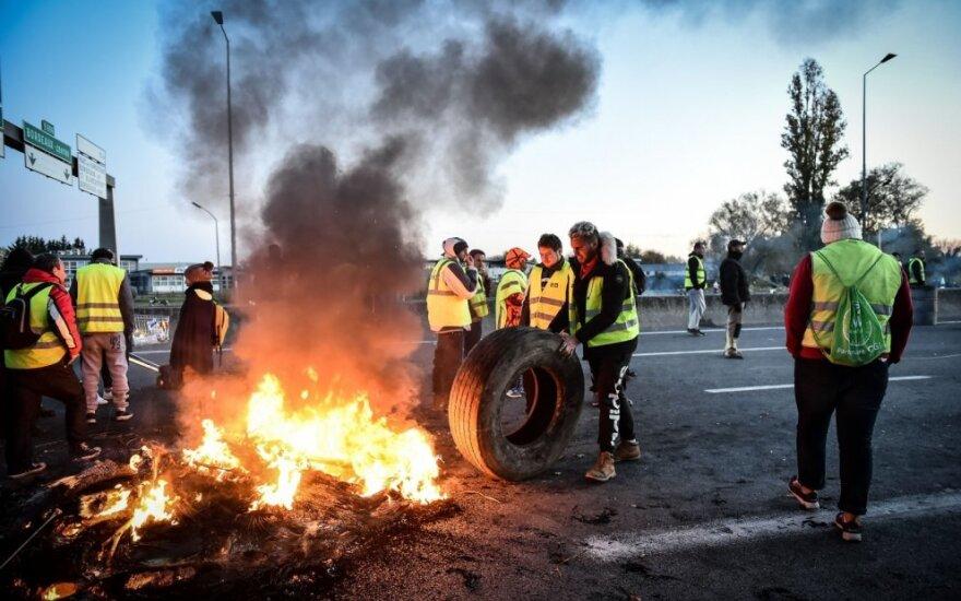 """Prancūzijoje tęsiasi """"geltonųjų liemenių"""" protestai dėl degalų kainų"""