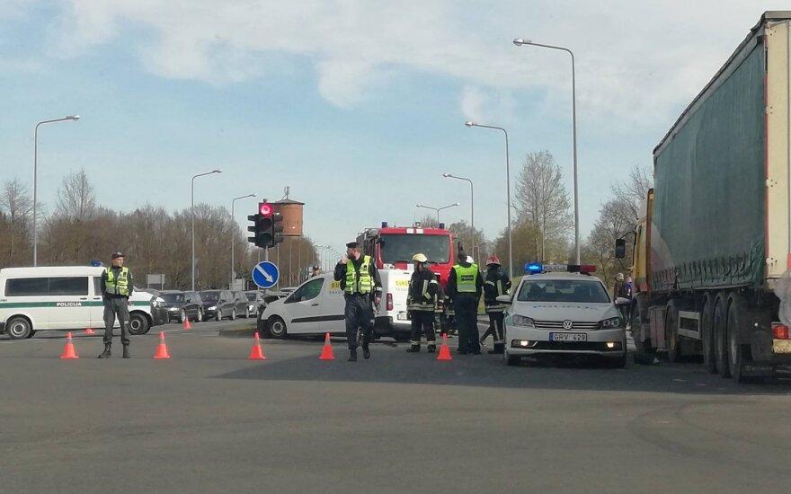 """Šiauliuose į avariją pateko pinigų prigrūstas """"Eurocash 1"""" automobilis"""