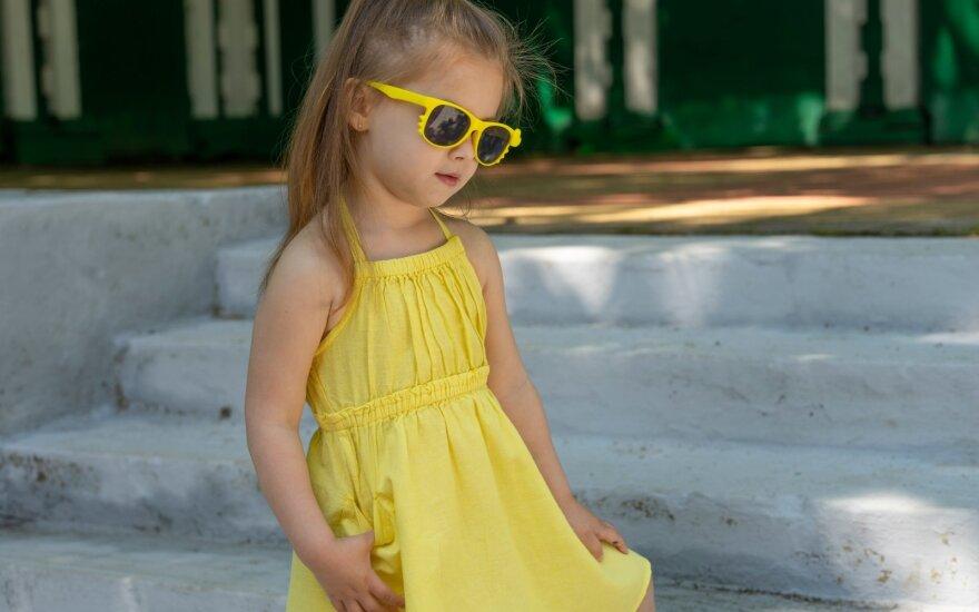 Mergaitė su saulės akiniais