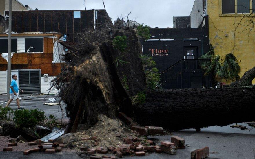 Galingas uraganas siaubia JAV: su žeme sulygino ištisas gyvenvietes, žuvusiųjų – daugėja