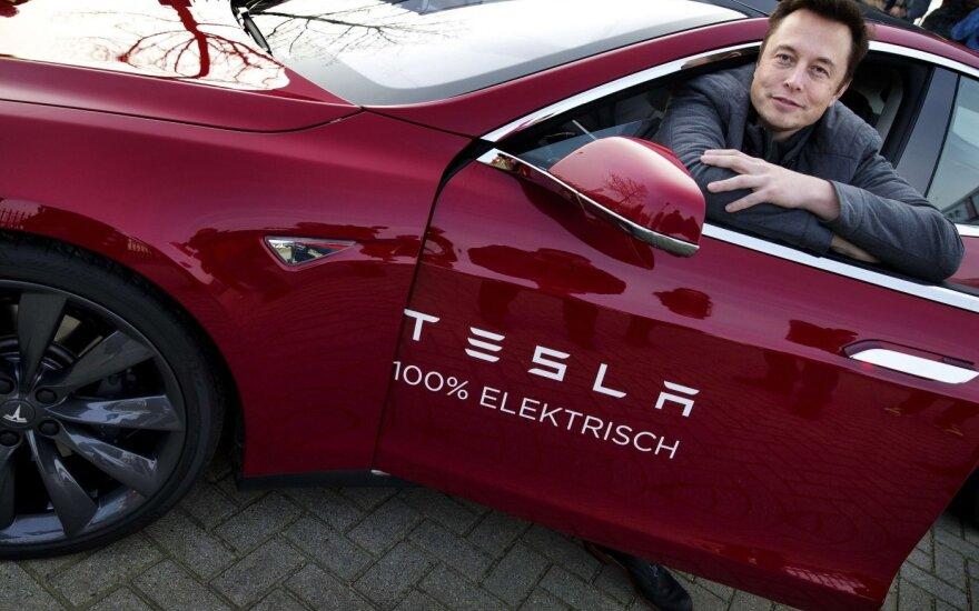 """Elono Musko atsakymas vienam iš akcininkų parodė, kodėl """"Tesla"""" yra pralenkusi kitus gamintojus 4-5 metais"""