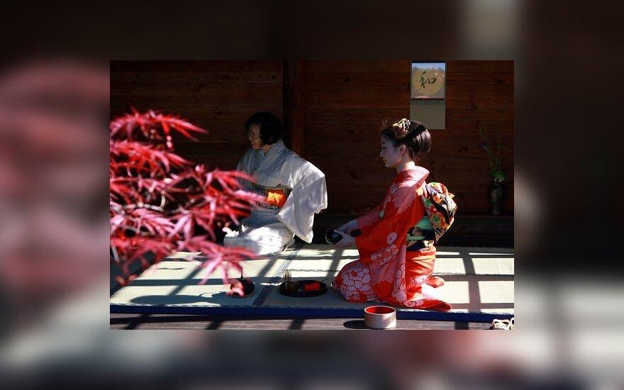 Arbatos gėrimo ceremonija Ryto Rasos sode. Vaišinama Japonijos ambasadorė Miyoko Akashi.