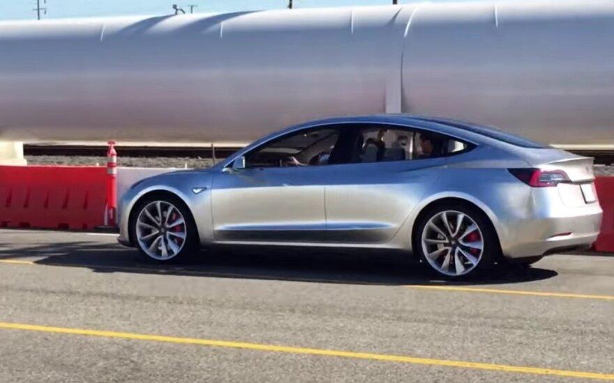"""Bandomas """"Tesla Model 3"""" elektromobilis"""