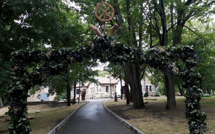 Vidurvasario šventėje vandalams užkliuvo kilnojamos medžio skulptūros