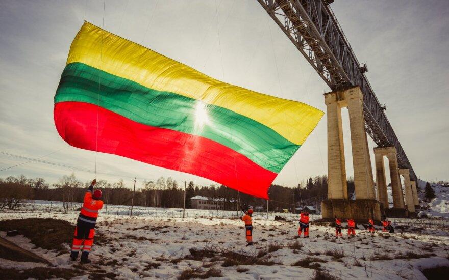 Trispalvė ant aukščiausio Lietuvos tilto