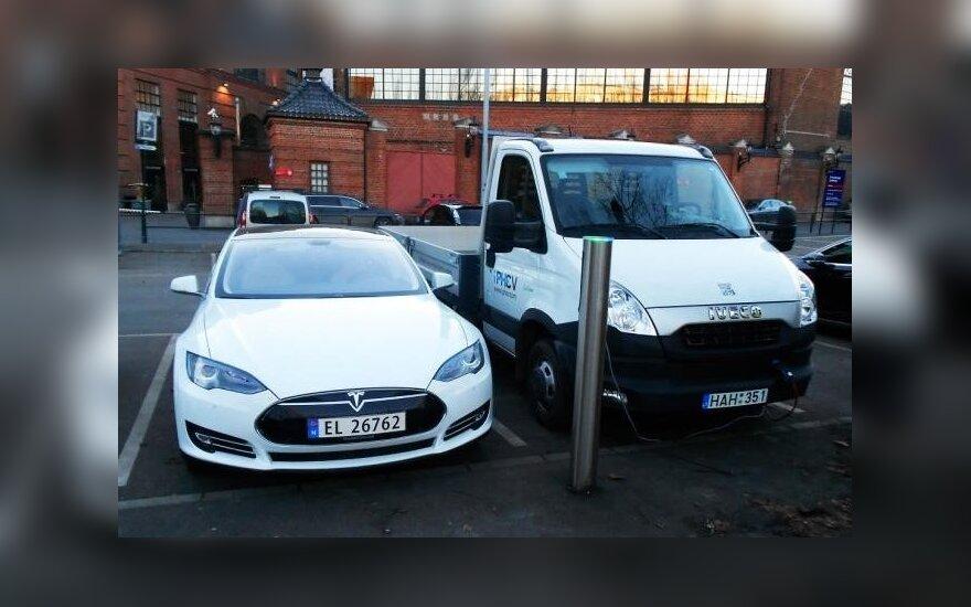 iPHEV Iveco Daily (dešinėje) ir Tesla Model S