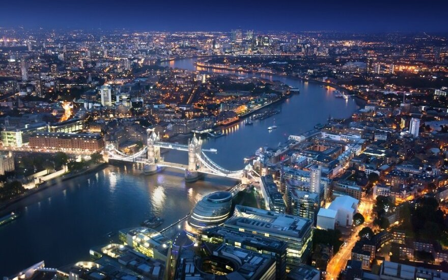 Akcijų vertė Londono biržoje nežymiai atsigauna