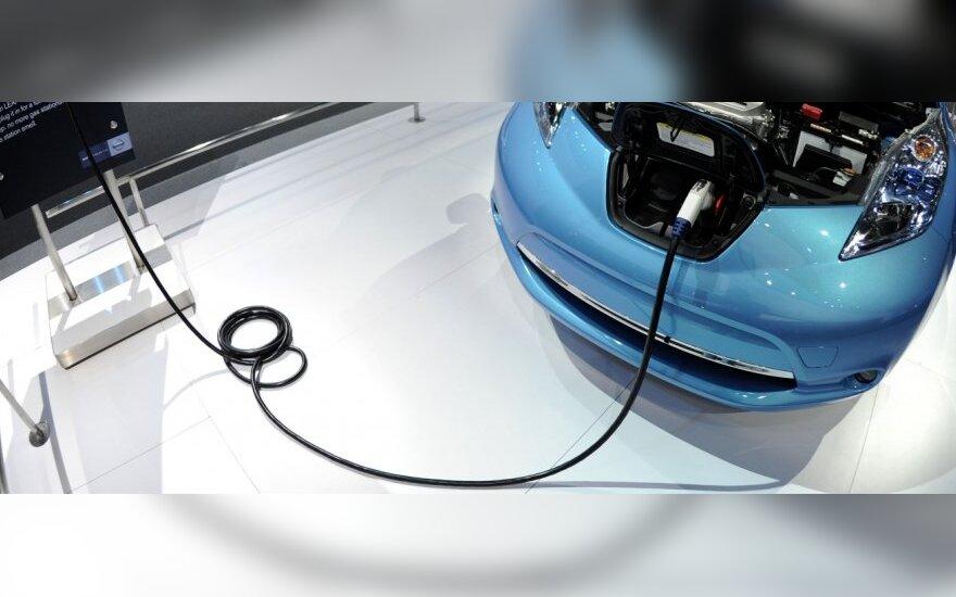 JAV tarnybos tiria elektromobilius dėl gaisro galimybės