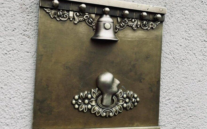 Romualdo Inčirausko meninis ženklas ant Mokytojų namų