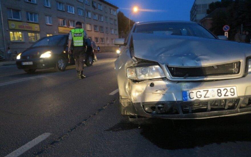 """Avariją sukėlusio girto vairuotojo draugės """"Audi A6"""" atiteks valstybei"""