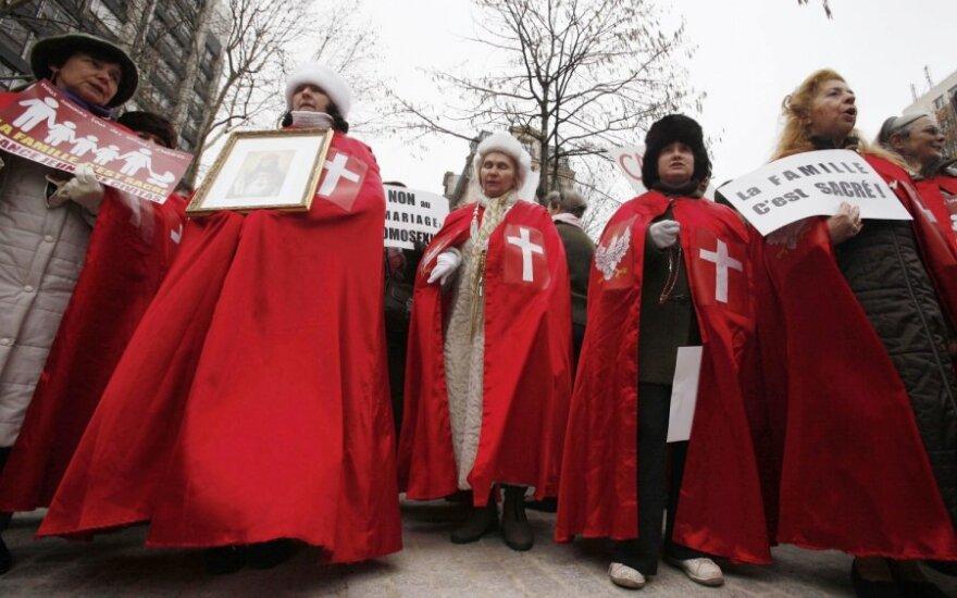 Dešimtys tūkstančių prancūzų protestavo prieš tos pačios lyties asmenų santuokas