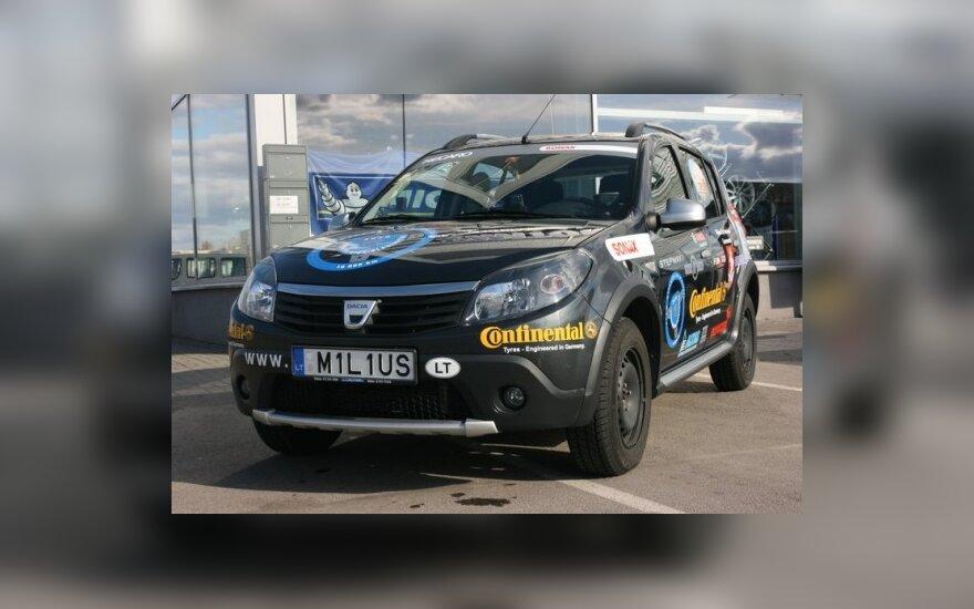 V.Milius važiuoja automobiliu Dacia Sandero Stepway