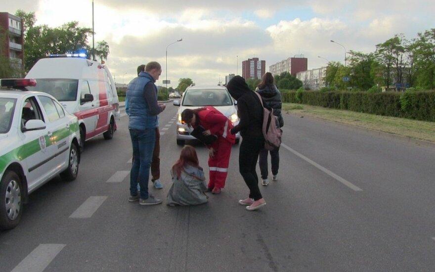 Per gatvę bėgusi paauglė susižalojo ir parkrito priešais atvažiuojančius automobilius
