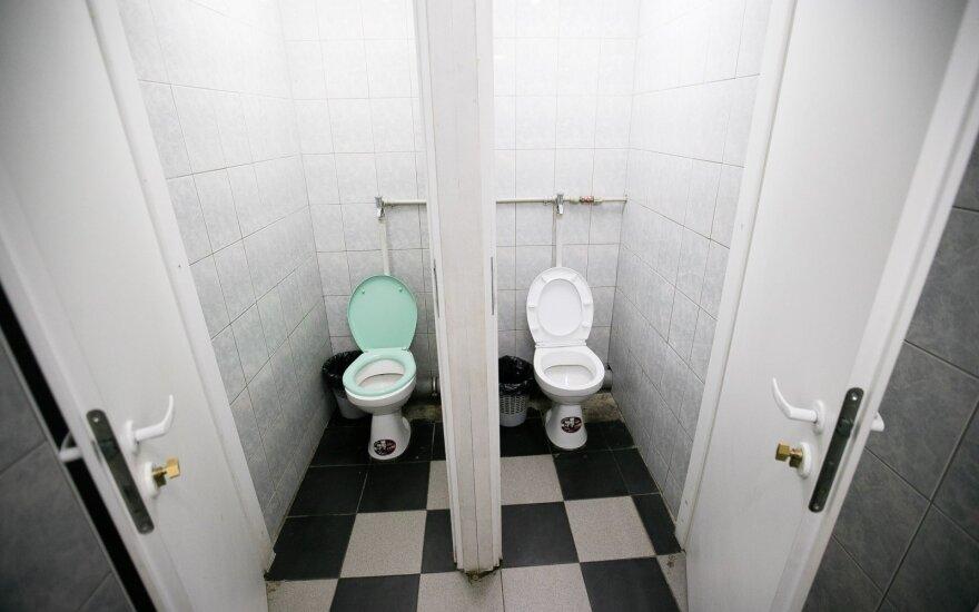 Viduryje parduotuvės išsituštinusi moteris liko kalta: ar užrakinti tualetus – legalu?