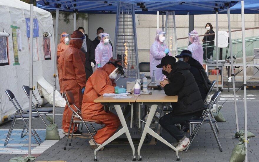 Pietų Korėjos rinkėjai balsuos su kaukėmis ir vienkartinėmis pirštinėmis