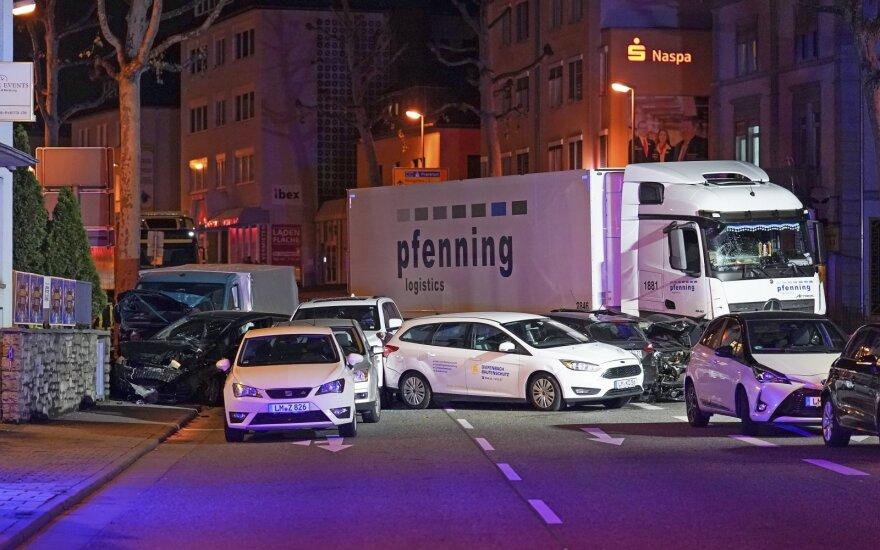 Migrantas iš Sirijos Limburge pavogtu sunkvežimiu rėžėsi į lengvuosius automobilius