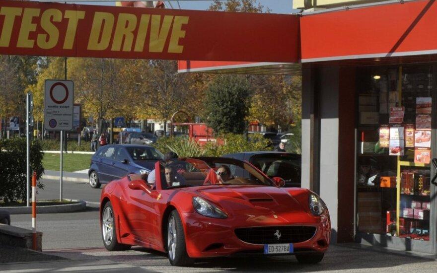 """Klientas išvairuoja """"Ferrari"""" iš nuomos punkto"""