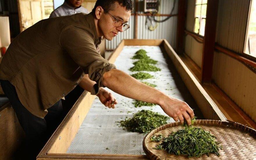 Ernestas Klevas mokosi arbatos gaminimo paslapčių
