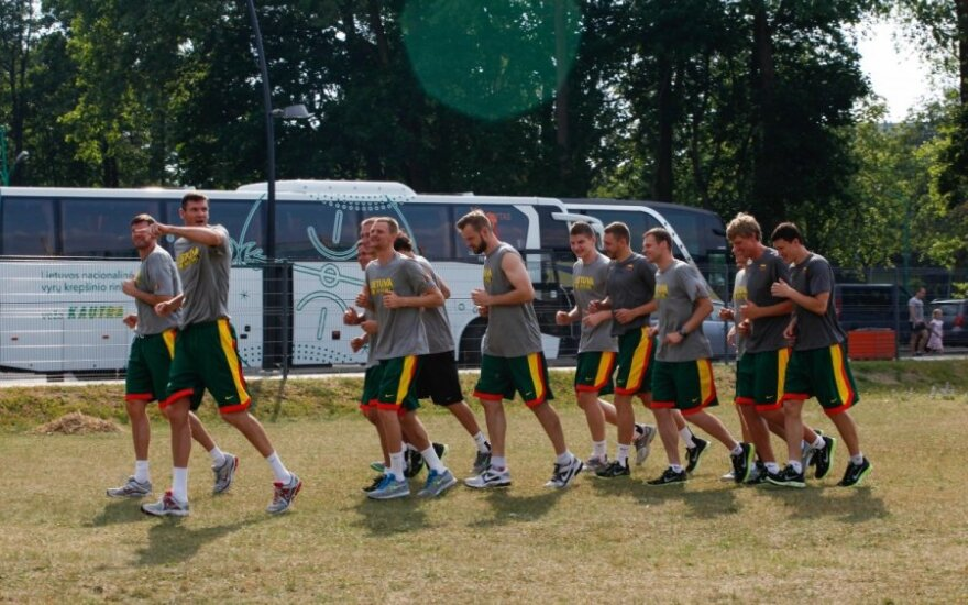Lietuvos krepšininkai liejo prakaitą pirmoje treniruotėje