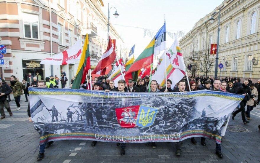 Vilniaus centre nešini plakatais ir vėliavomis žygiavo tautininkai