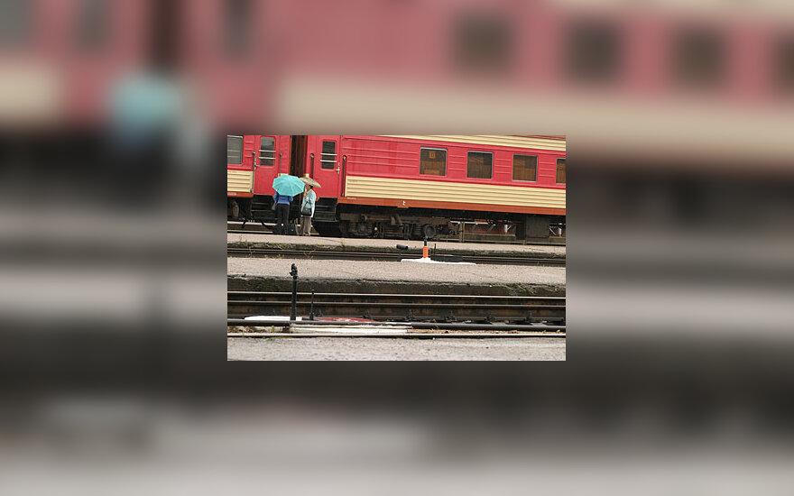 Traukinys, stotis, keleiviai