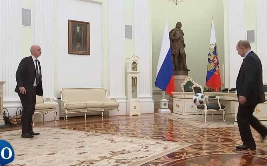 Putinas paspardė kamuolį su FIFA vadovu – iki pasaulio futbolo čempionato liko tik 100 dienų