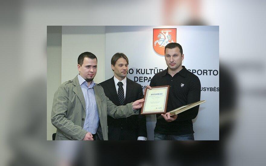 DELFI sporto redaktorius R.Pletkus įteikia diplomą A.Vaškevičiui