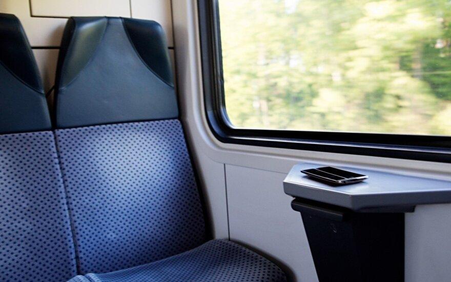 Vyresnio amžiaus moterį traukinyje supykdė merginos elgesys