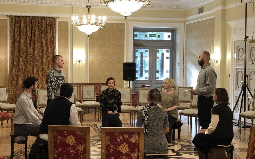"""Ilzenbergo dvare pristatyta išankstinė premjerinio spektaklio """"Juoda - Balta"""" peržiūra"""