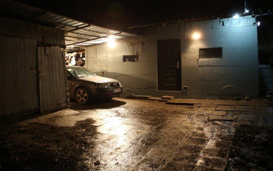 Sūnaus pasigedusi moteris tik naktį pamatė, kad jis kieme prispaustas automobilio