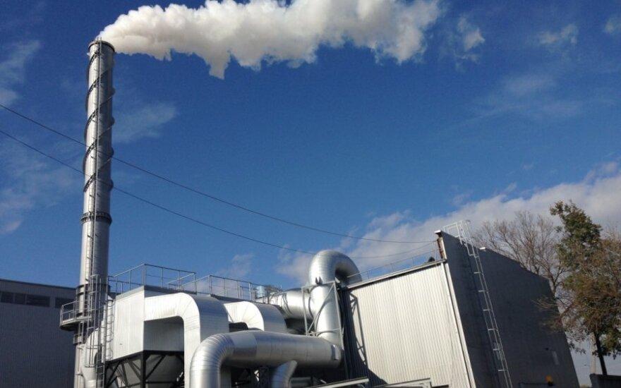 Biokuro jėgainė, kurios dūmai sklinda tiesiai į gyvenamųjų namų langus