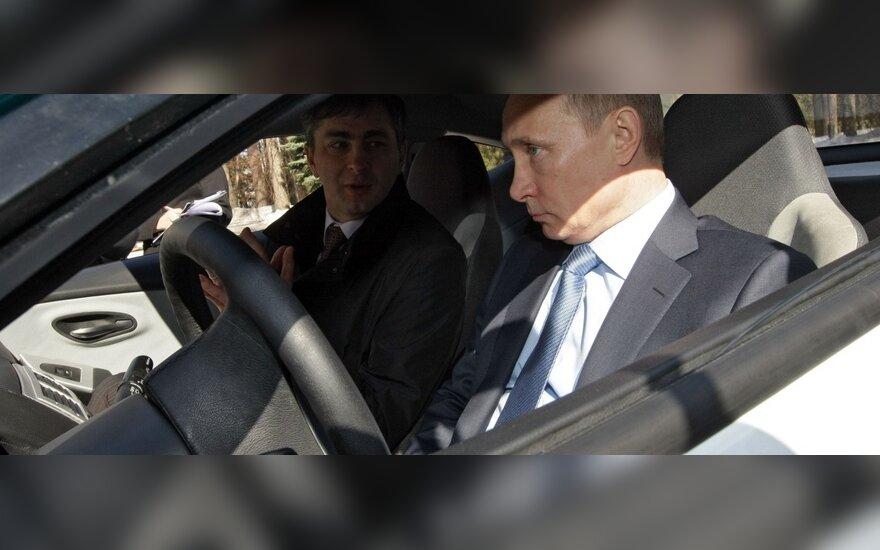 """Vladimiras Putinas išbando """"Ё-mobil"""" automobilį"""