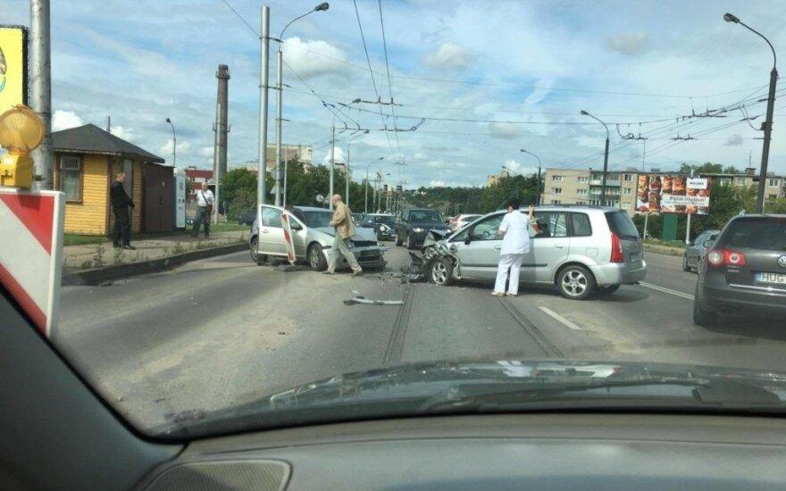 Kaune dviejų automobilių kaktomuša, dėl avarijos kelias sunkiai pravažiuojamas