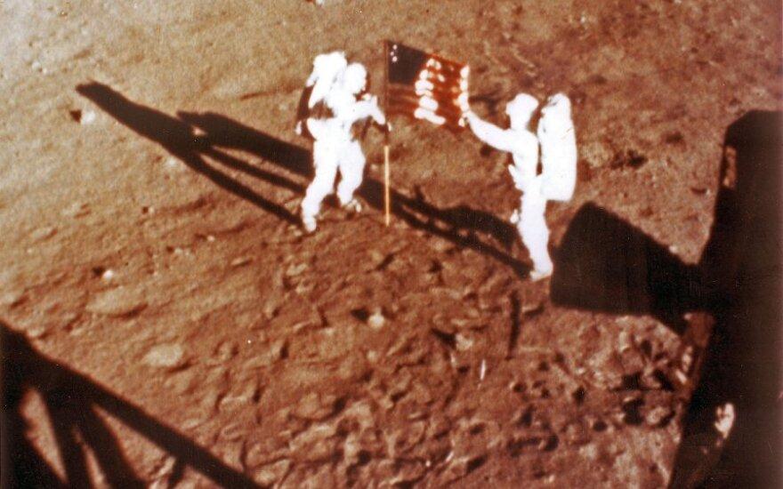 Neilas Armstrongas ir Buzzas Aldrinas kelia JAV vėliavą Mėnulyje