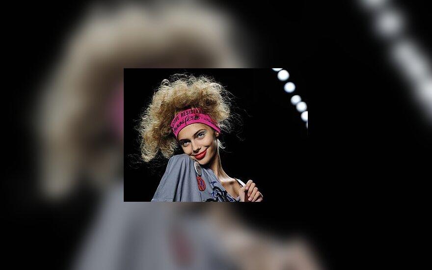 Modelis demonstruoja Vivienne Westwood sukurtus drabužius