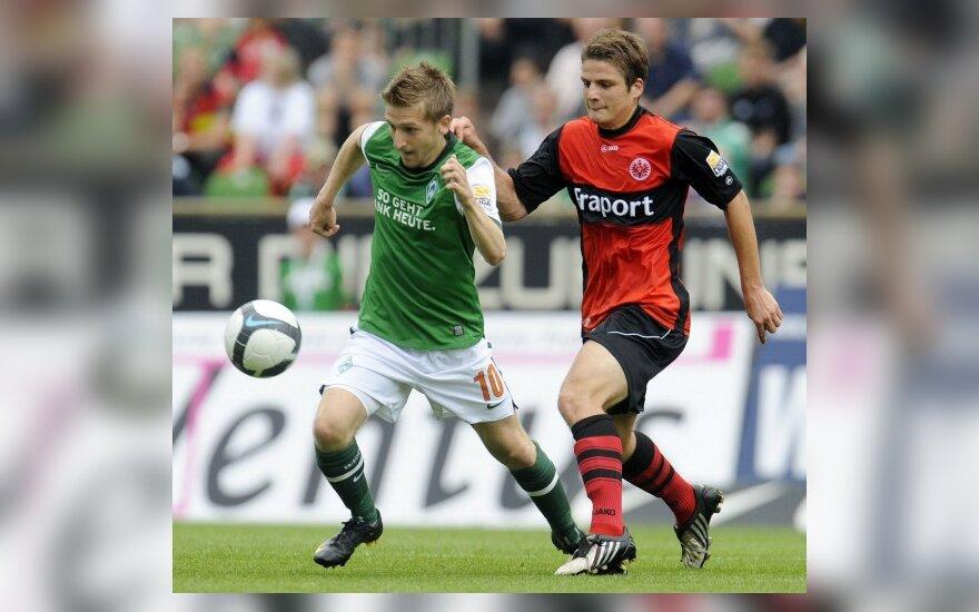 "Marko Marinas (""Werder"", kairėje) kovoja su Pirminu Schwegleriu (""Eintracht"")"